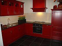 De grootste en voordeligste woonwinkel van nederland - Keuken rode en grijze muur ...