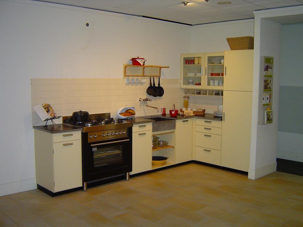 ... keuken gebaseerd op het ontwerp van de orginele Piet Zwart keuken