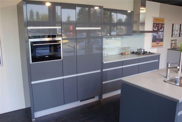 Keuken Grijs Hoogglans : Keuken Hoogglans Grijs : witte strakke keuken, grijs blad Kitchen