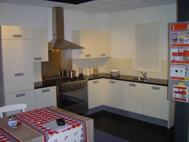 Creme Vanille Keuken : atlas creme vanille 39847 deze atlas is een zeer degelijke keuken