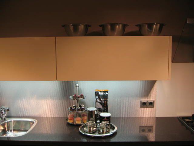 Creme Vanille Keuken : afwerking is gecombineerd met hoogglans bovenkasten in creme vanille