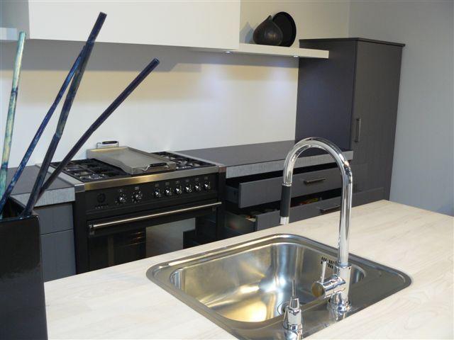 Afmetingen Schiereiland Keuken : Strakke klassieker met gefrijnde bladen naast het zwarte super-Smeg
