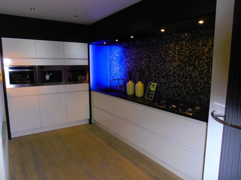 Witte Keuken Met Zwart Werkblad : Hoogglans Witte Keuken Met Zwart Blad : van Nederland! Witte hoogglans