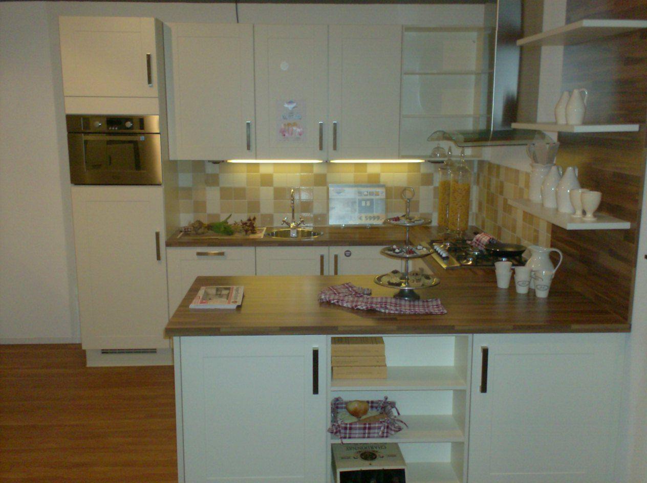 Keuken Schiereiland Afmetingen : Tijdloze keuken in U-vorm met heel veel kastruimte en veel werkruimte.