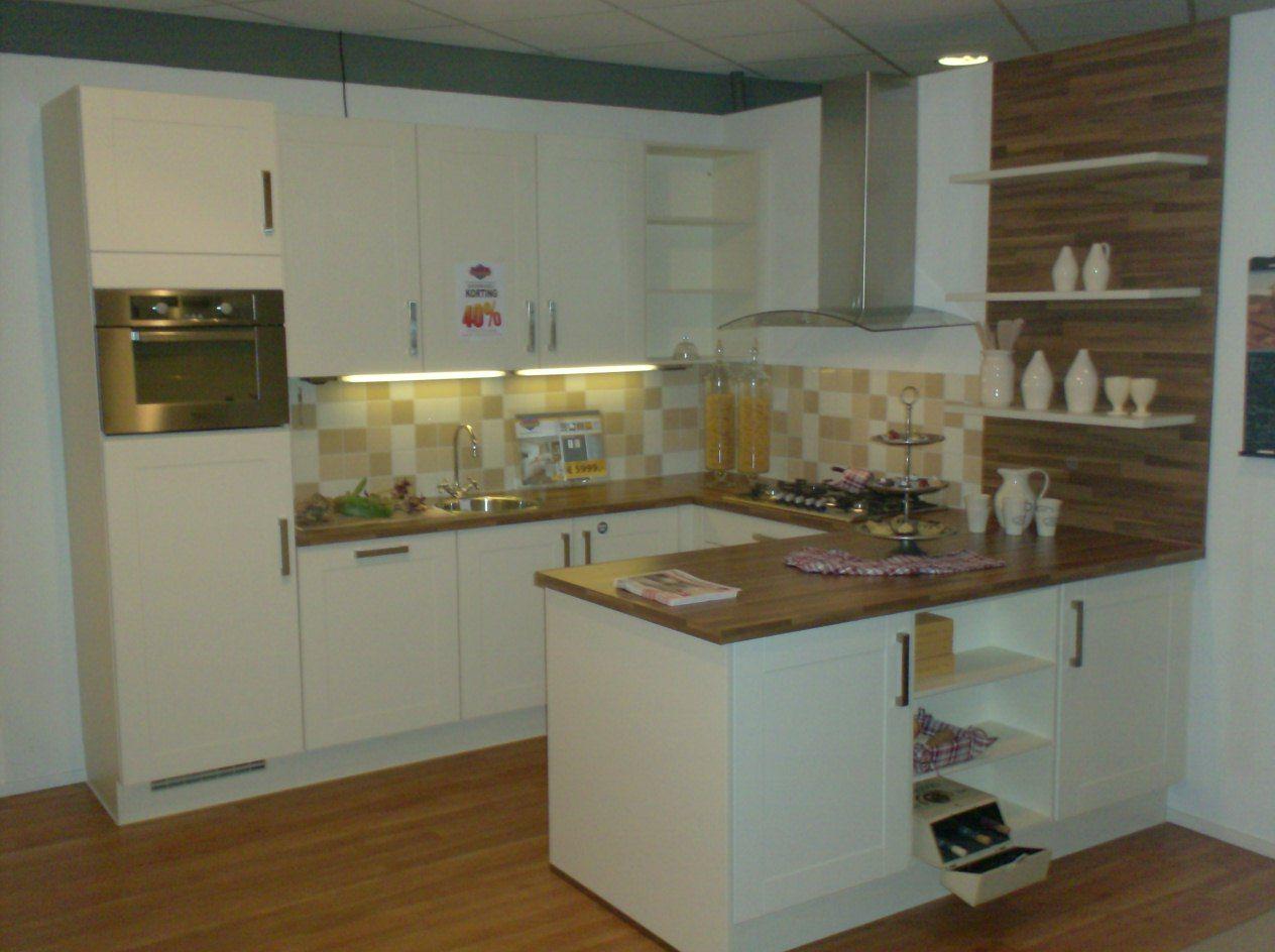Landelijke Keuken Met Schiereiland : Tijdloze keuken in U-vorm met heel veel kastruimte en veel werkruimte.