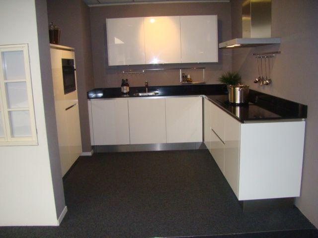 Hoogglans Witte Keuken : Ikea keuken wit hoogglans witte hoogglans greeploze keuken