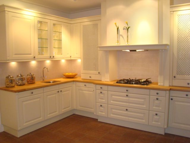 Witte keuken plint plinten martu s martkleppe zwarte plinten inrichting huis - Witte keukens houten ...
