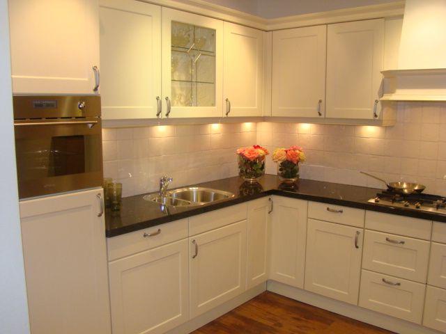 Witte keuken met zwart werkblad witte keuken met bruin werkblad consenza for - Witte keuken met zwart werkblad ...