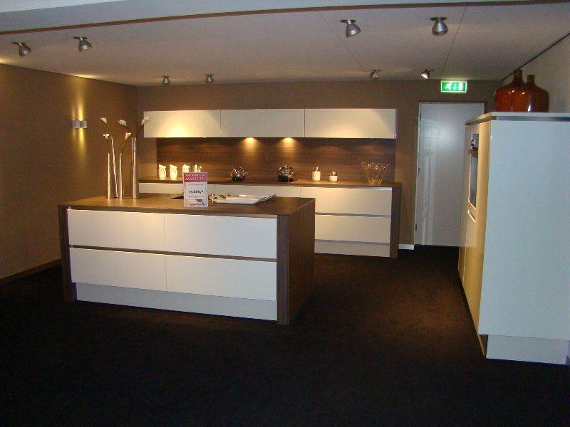 Eikenhouten Keuken Verven : Keuken Wit Glans : Nederland! Moderne greeploze eilandkeuken in wit