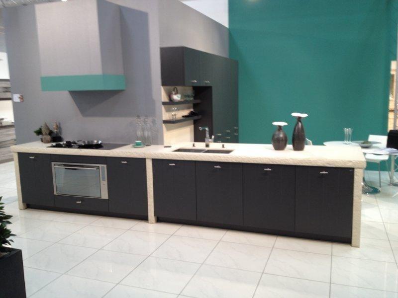 Grijze eiland keukens showroomkorting de voordeligste woonwinkel van landelijke keuken met - Eiland zwarte bad ...