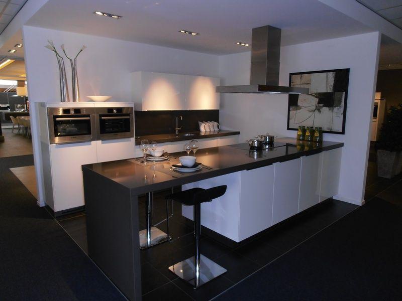 De voordeligste woonwinkel van nederland hoogglans witte eilandkeuken - Witte keuken voorzien van gelakt ...