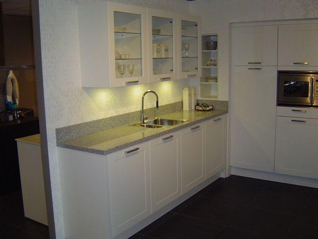 Keuken Parallel Opstelling : van Nederland! Fraaie tijdloze witte keuken met paneeldeur [42823