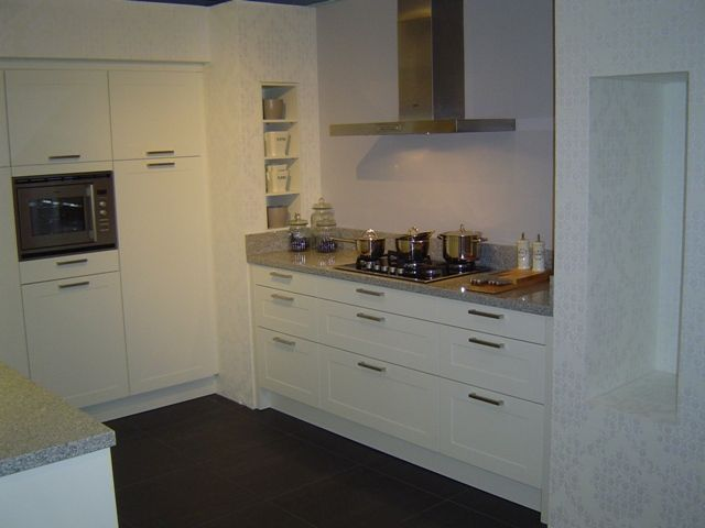 Keuken Parallel Opstelling : witte keuken met paneeldeur 42823 fraaie tijdloze witte keuken