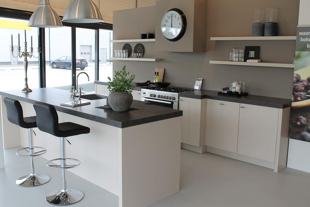 ... woonwinkel van Nederland!  Zandbeige matlak keuken met eiland [43106