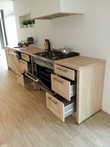 Moderne houtdesign keukenMet 6 pits RVS fornuis, luxe vaatwasser en ...