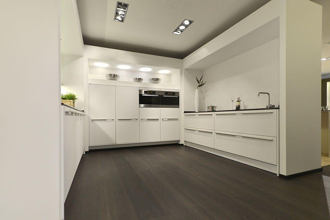 Keuken Kleur Veranderen : Zeer luxe keuken met veel laden voorzien van houten inzetten*Door het