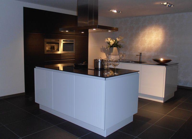 De voordeligste woonwinkel van nederland keuken met dubbel eiland in wit - Hout en witte keuken ...