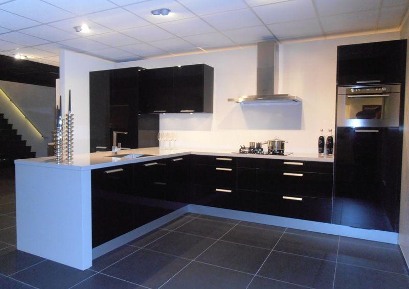 Hoogglans zwart keuken rechte keuken in hoogglans zwart showroomkeukens keukenloods witte - Witte keuken voorzien van gelakt ...