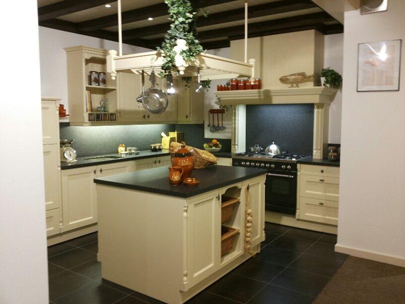 De voordeligste woonwinkel van nederland handgemaakte klassieke - Eigentijdse keuken met centraal eiland ...