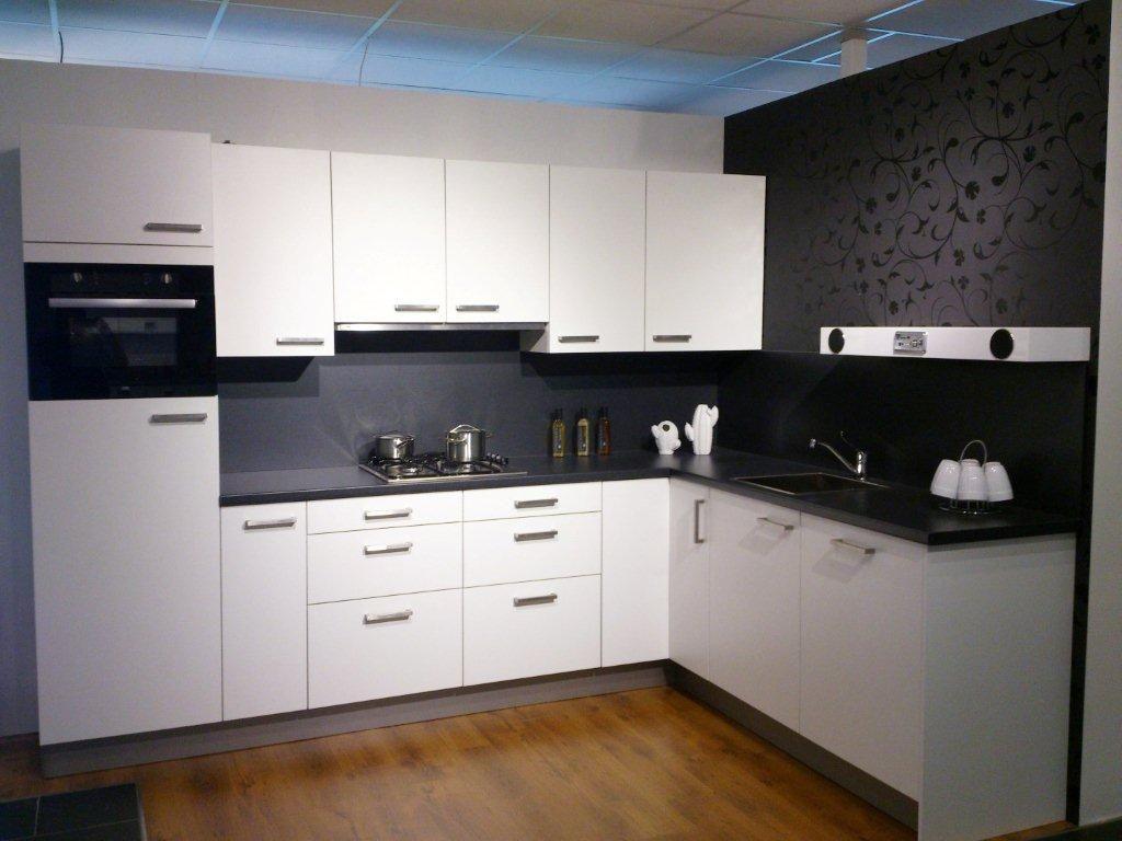 ... woonwinkel van Nederland!  Hoek keuken wit met zwart blad [53523