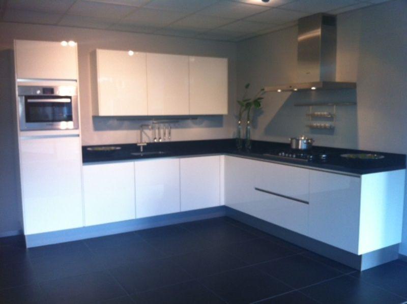 Witte greeploos keuken - Keuken witte lak ...