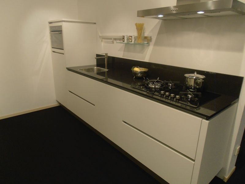 Showroomkorting nl   De voordeligste woonwinkel van Nederland!   Rechte greeploze witte keuken
