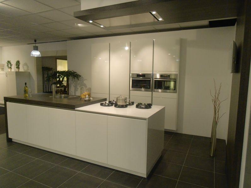 ... van Nederland!  Wit gelakte greeploze design keuken [53722