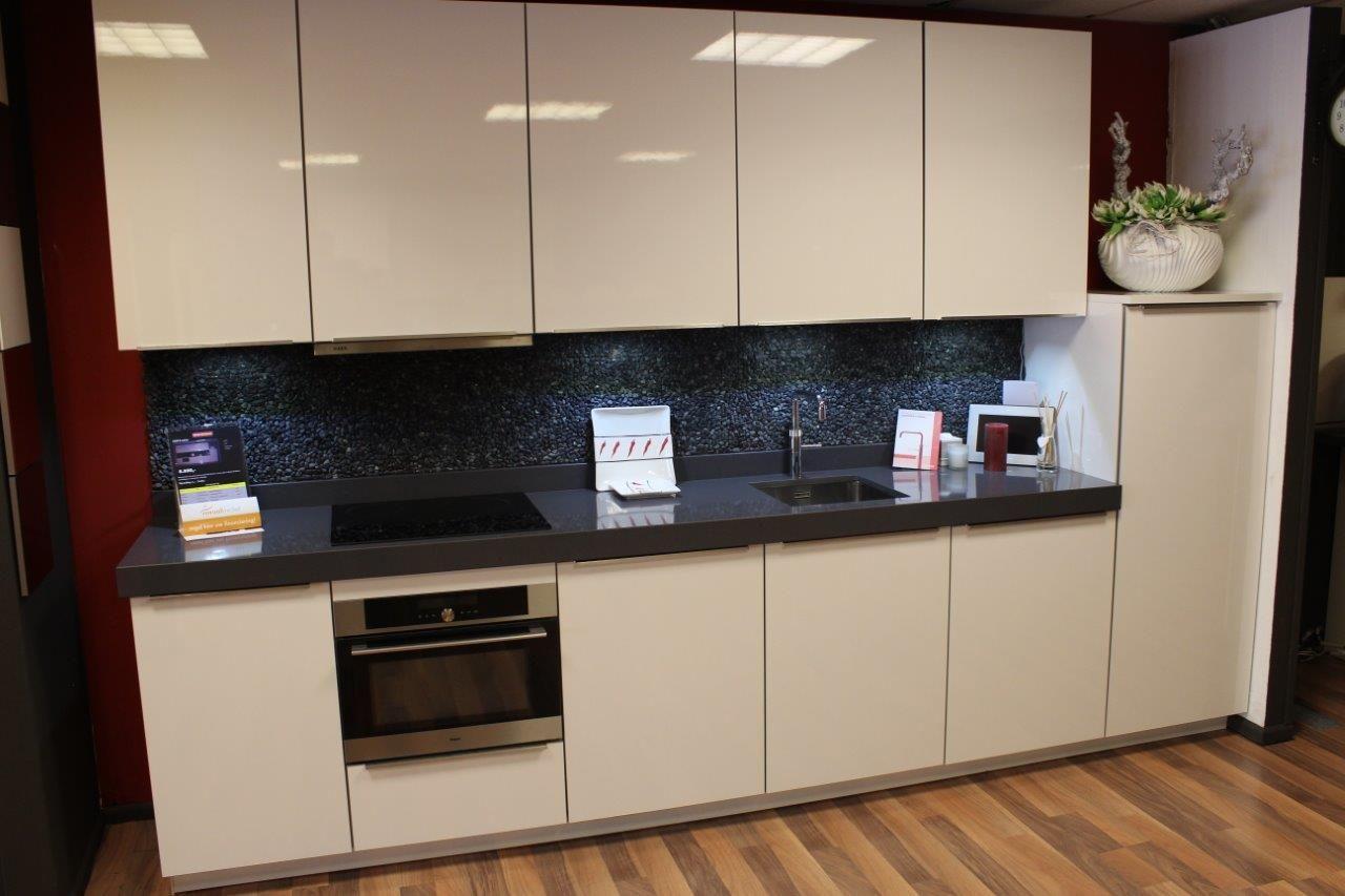 Complete strakke hoogglans witte keuken.