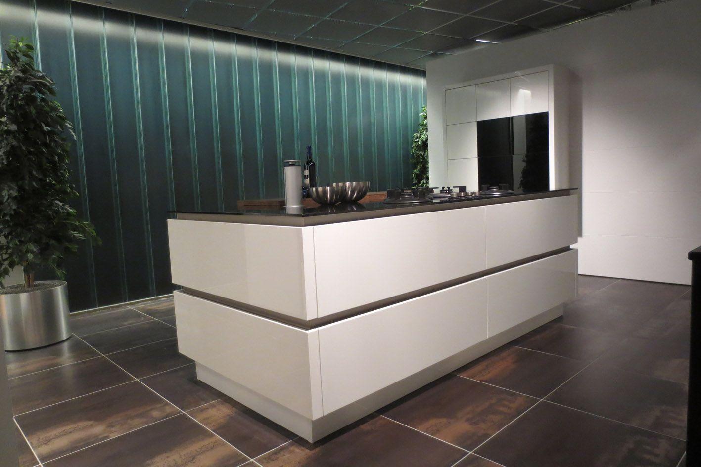 De voordeligste woonwinkel van nederland strakke witte eilandkeuken y31 - Witte keuken voorzien van gelakt ...